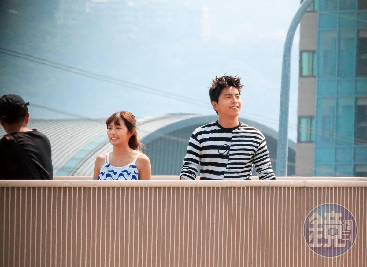 9:38,王大陸(右)曾跟簡廷芮在《我的少女時代》合作,如今又合體拍MV,飾演一對情侶,但互動並不熱絡。