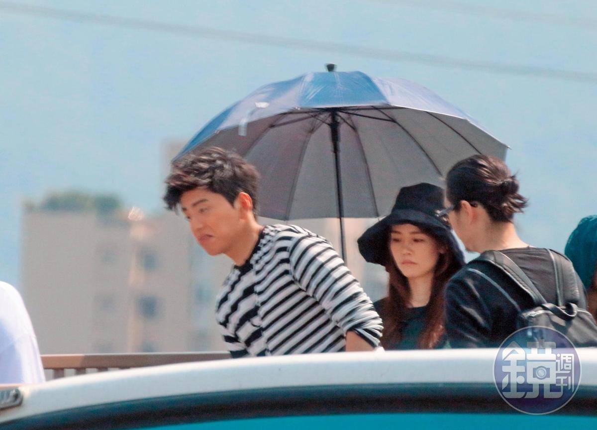 9:46,王大陸曾跟簡廷芮合拍MV,但王大陸跟女助理(中)的互動比較值得關注,圖為女的幫男的撐傘。