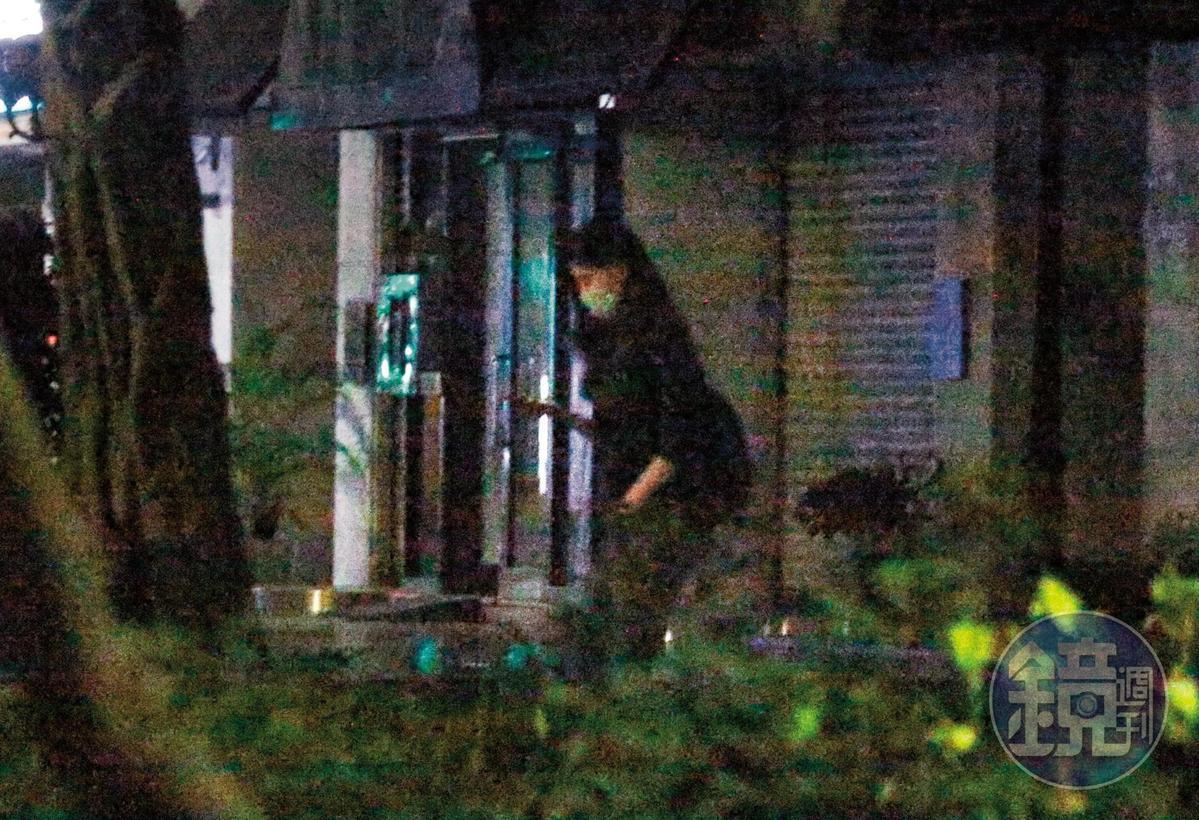 5月25日,00:23,不僅互動超過,女助理半夜還從王家出來,明明就已經工作整天,還如此難分難捨。