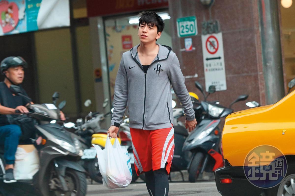 15:37,王大陸一身家居服跑去別人家串門子,然後跑到超市採買,接著回家。