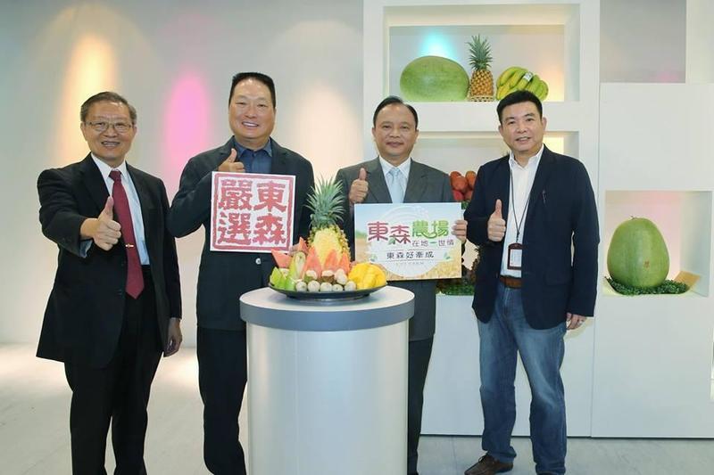農委會主委林聰賢,與東森購物執行策略長王令麟一起參加購物現場直播。