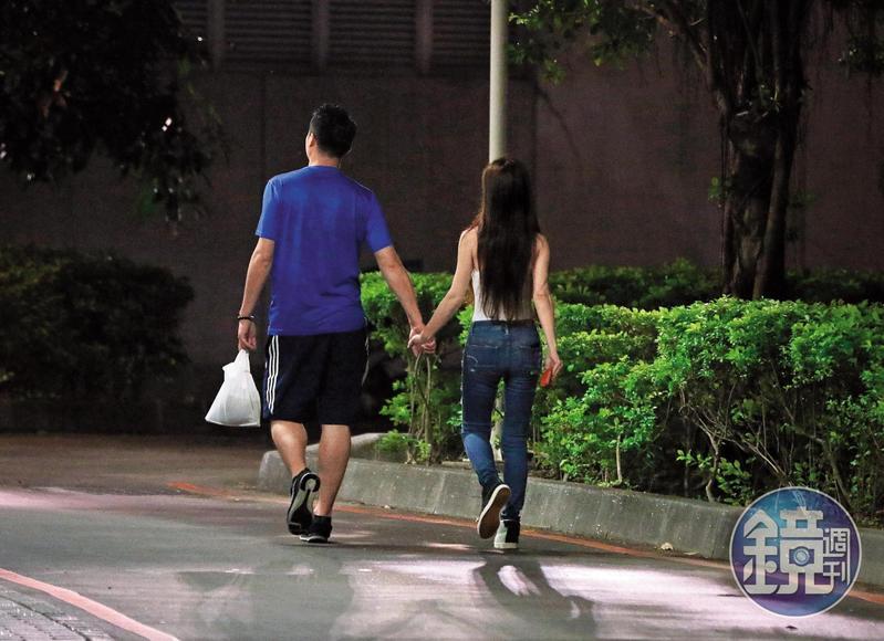 安晨妤和羽球教練不但有摸屁屁行為,還牽手逛大街,完全是戀人的fu。(攝影組)