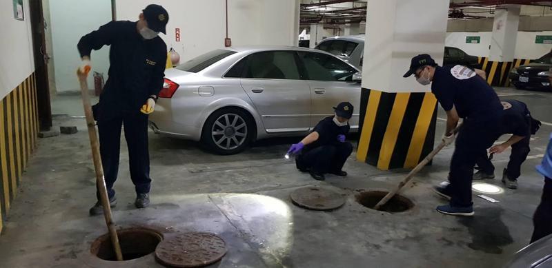 警方開挖化糞池,沒有發現死者臟器。(翻攝畫面)