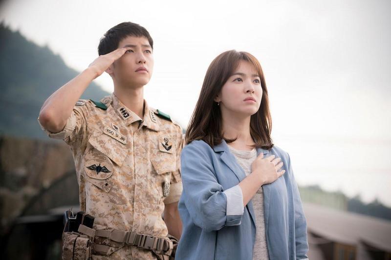 宋仲基(左)、宋慧喬主演的《太陽的後裔》,採先拍後播方式取得大成功後,已對韓國產製電視劇方式產生影響。(東森電視台提供)