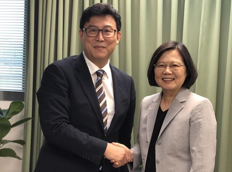 民進黨主席蔡英文盛讚姚文智是最有戰力的台北市長候選人。(姚文智辦公室提供)
