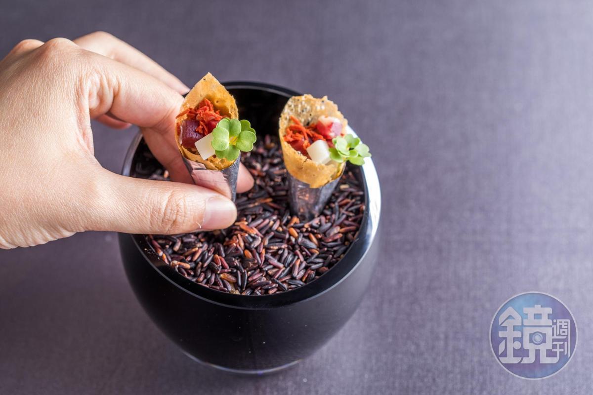 「竹筍/火腿/番茄甜筒」餅筒裡還有清脆的筍丁,小小一口鮮鹹開胃。(2,880元套餐菜色)