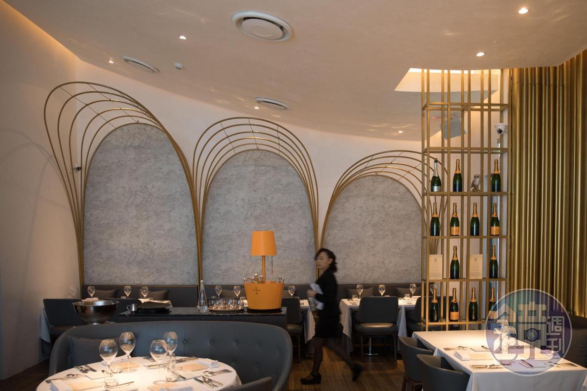 鹽之華新餐廳的用餐空間一分為二,同時規劃有西班牙小點區和明亮的法餐區,圖為法餐用餐區,氛圍現代時髦。