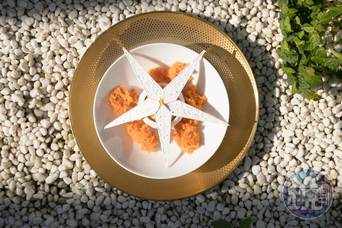 「龍眼紹興酒蛋糕/紅蘿蔔泡泡」的乳橙色蘿蔔泥馨甜香滑,可用鬆綿的蛋糕沾著吃。 (2,880元套餐菜色)