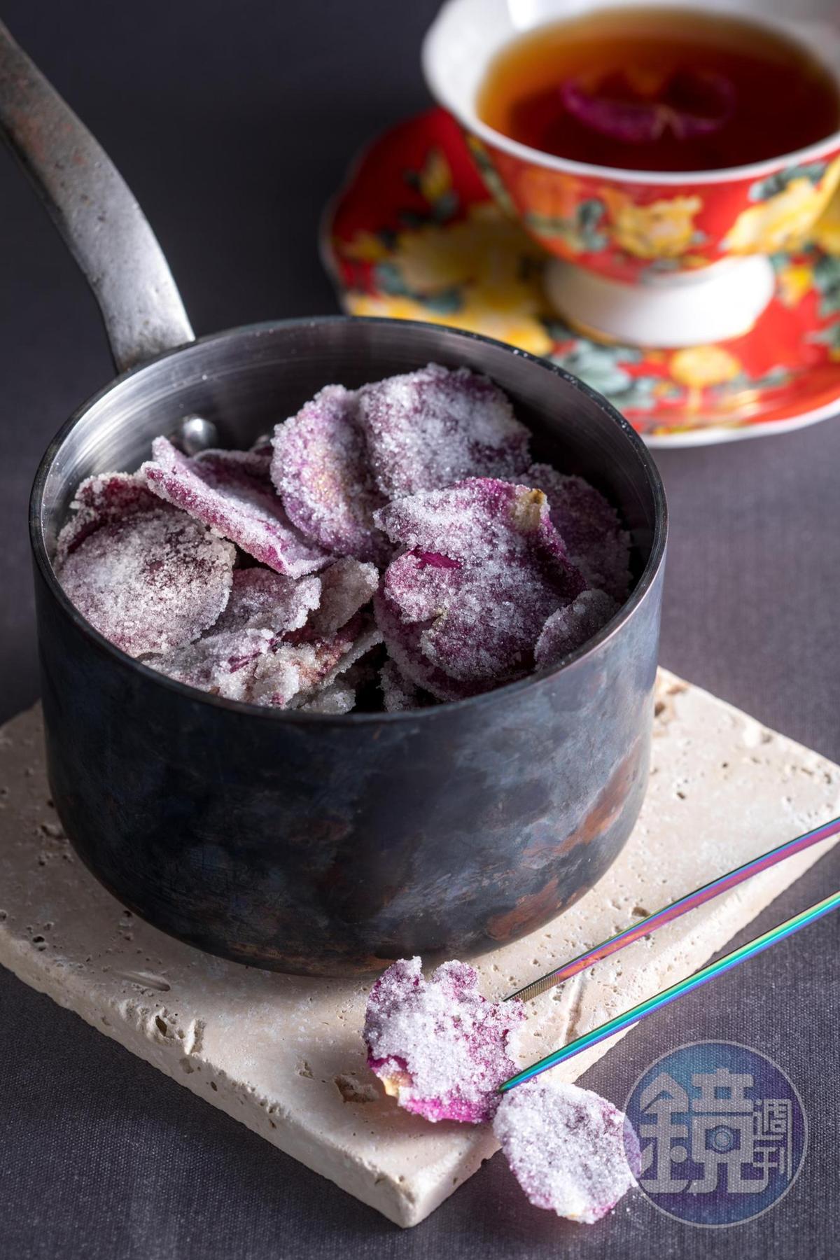 加入熱茶裡的「有機玫瑰糖」會慢慢俥展出花瓣。(免費,點咖啡、茶均附)