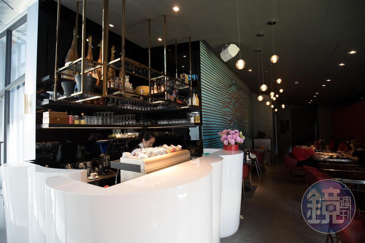 鹽之華新餐廳用餐空間一分為二,圖為西班牙小點區,也是獨立空間的酒吧。