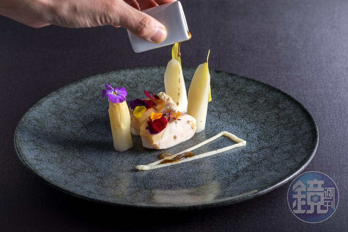 「水煮薩索雞/白蘆筍/薑味醬油沙拉」秋葵籽口感脆爽,為水煮雞肉帶來樂趣。(2,880元套餐菜色)