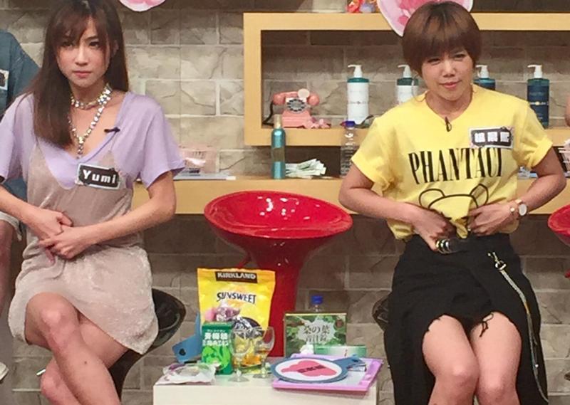 醫師教導如何自行按摩減緩便祕狀況,楊晨熙(右)與Yumi認真學習。(17Media提供)