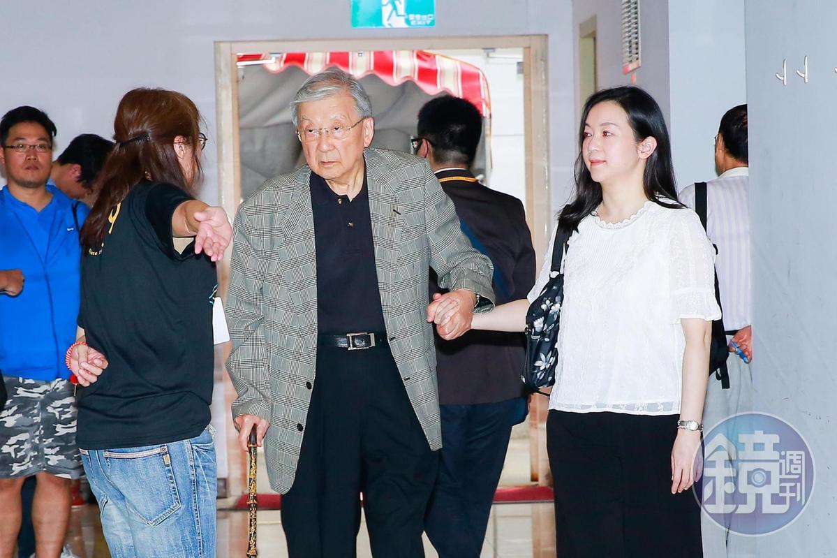 高齡88歲的導演李行,在親友攙扶下前來致意。