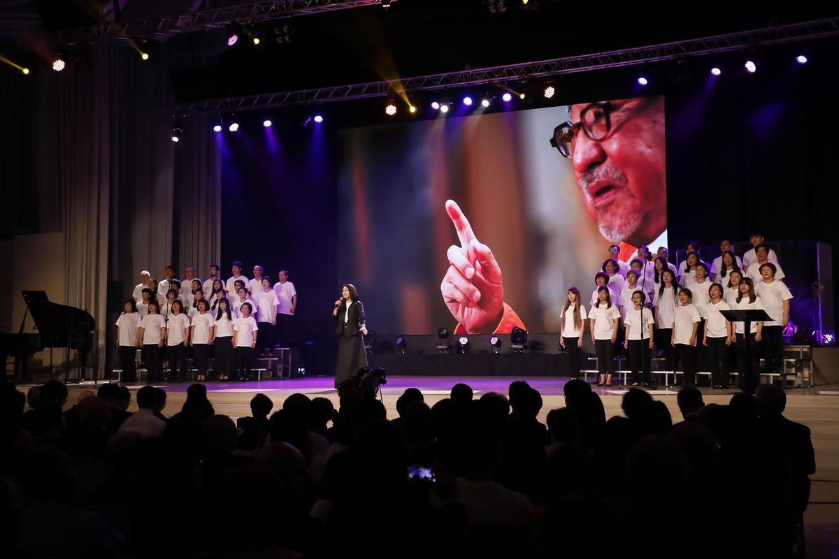 感恩會上由教會團體數次上台獻唱。(董氏基金會提供)