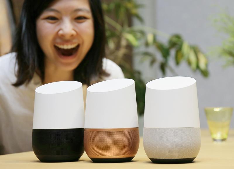 2017年10月5日,谷歌在日本東京展出最新型家庭人工智慧服務Google Home。AI造福人類或或還人類,是否就在科技巨頭們的一念之間?(東方IC)