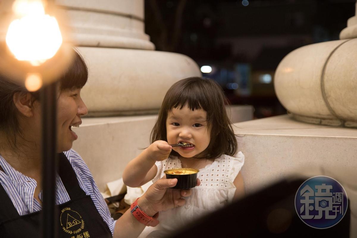 徐于婷的女兒很愛跟著媽媽跑市集。