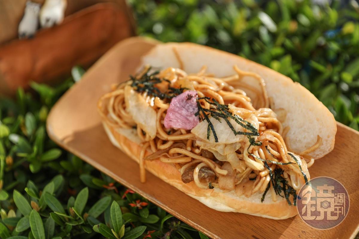 以洋蔥、高麗菜、豬肉與白麵一起拌炒的「炒麵」夾餡麵包。(60元/個)