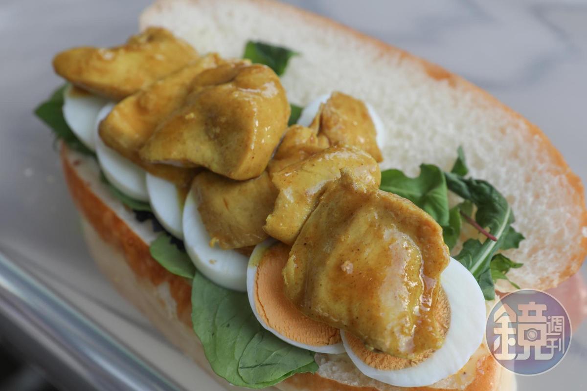 熊丸美味可口的「咖哩照燒雞」夾餡麵包。(75元/個)