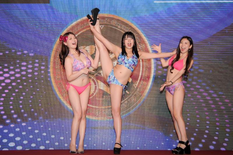 日本AV女優橘瑪麗(左起)、海空花與星川凜々花來台宣傳虛擬貨幣PAO幣。(酷熊貓文創有限公司提供)