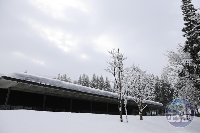 八海山利用魚沼地區的冬季豪雪,蓋了完全不需空調的雪室建築。