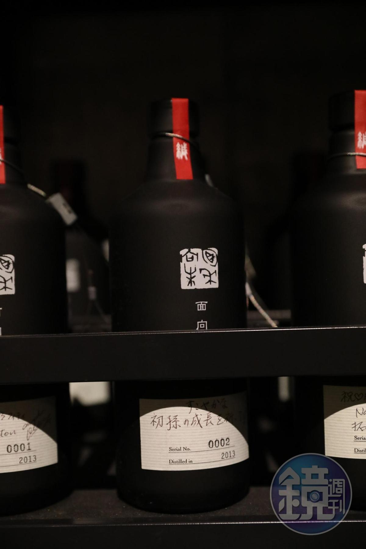 「面向未來」粕取燒酎為提供客人訂製、儲藏雪室五年的紀念酒款。(10,800日圓/瓶,約NT$2,916,海外未上市)
