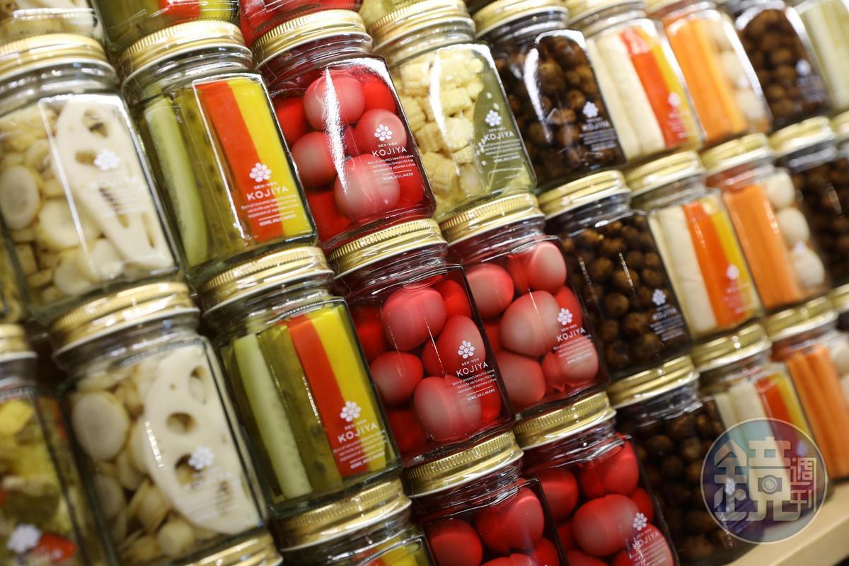醃漬的蔬菜罐如彩色寶石般美麗。