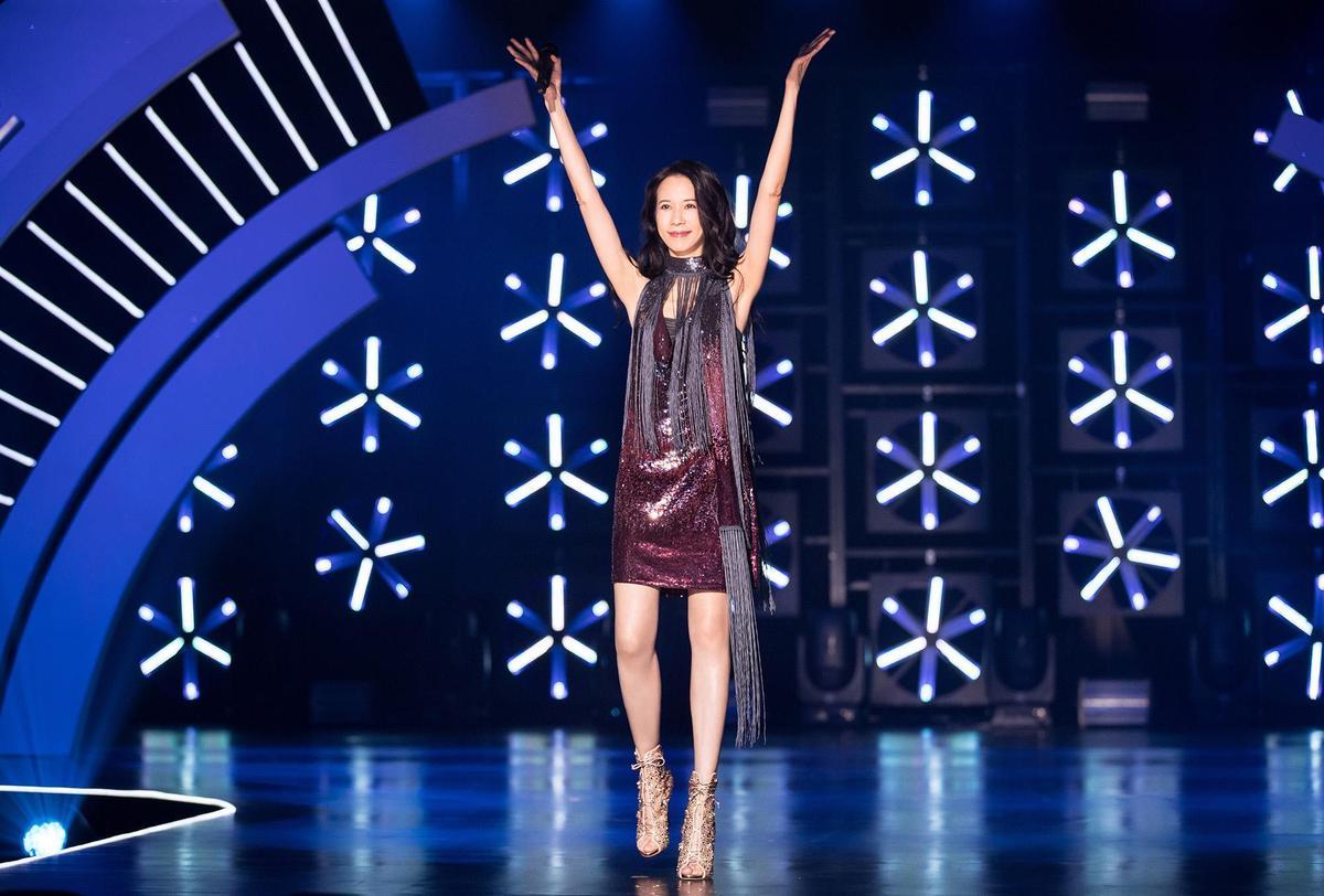 莫文蔚身穿的禮服,是她10年前金曲獎幸運戰袍,親自修改加上流蘇賦予新風貌,也展現她再奪金曲的野心。(索尼音樂提供)