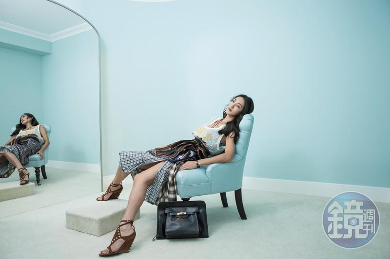 GUCCI蕾絲背心,老公送的母親節禮物。 Marc Jacobs超過15年歷史的裙子。約NT$60,000 花了5年時間才收到的Hermès多色多材質拼接包款。約NT$120,000 Giuseppe Zanotti Design鉚釘裝飾露趾鞋。約NT$18,000