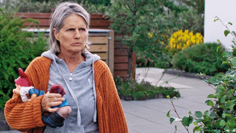 一對老夫妻與鄰居為一棵大樹起了爭執,兩個家庭對峙愈演愈烈,從電影裡可看見偏狹、冷酷及人際的脆弱。(網路圖片)