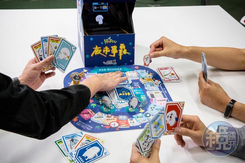 《夜市爭霸》要搭配行動裝置遊玩,角色會在投影盒中立體浮現,有動畫,也會有語音提示大部分的遊戲流程,新玩家也能輕鬆上手。
