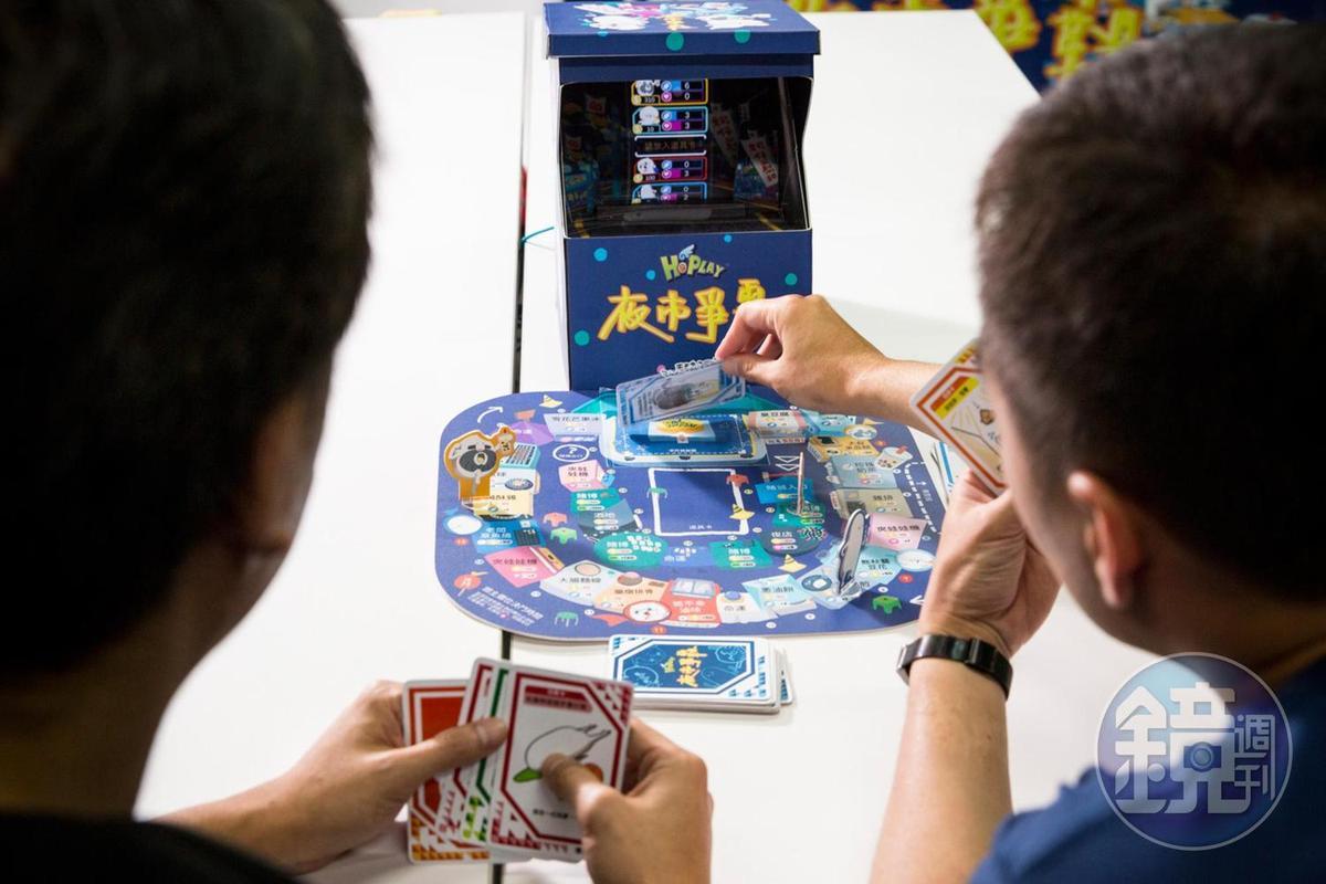 遊戲圖板上有一塊感應區,玩家依照指示把手或是卡牌放到感應區,程式會進一步提醒接下來的動作。
