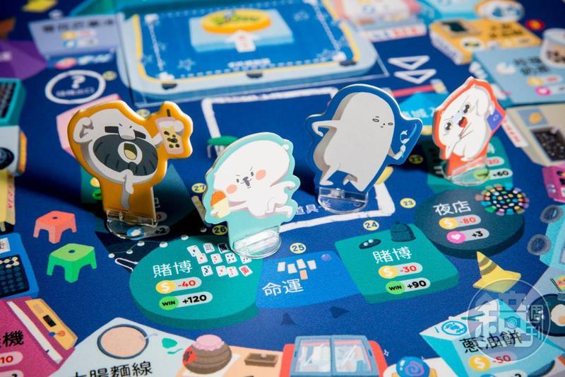 《夜市爭霸》桌遊除了用科技來輔助遊戲,這次還特別請到四位插畫角色參與。由左到右為米粒大叔、熊秋葵、老闆這魚以及微疼。
