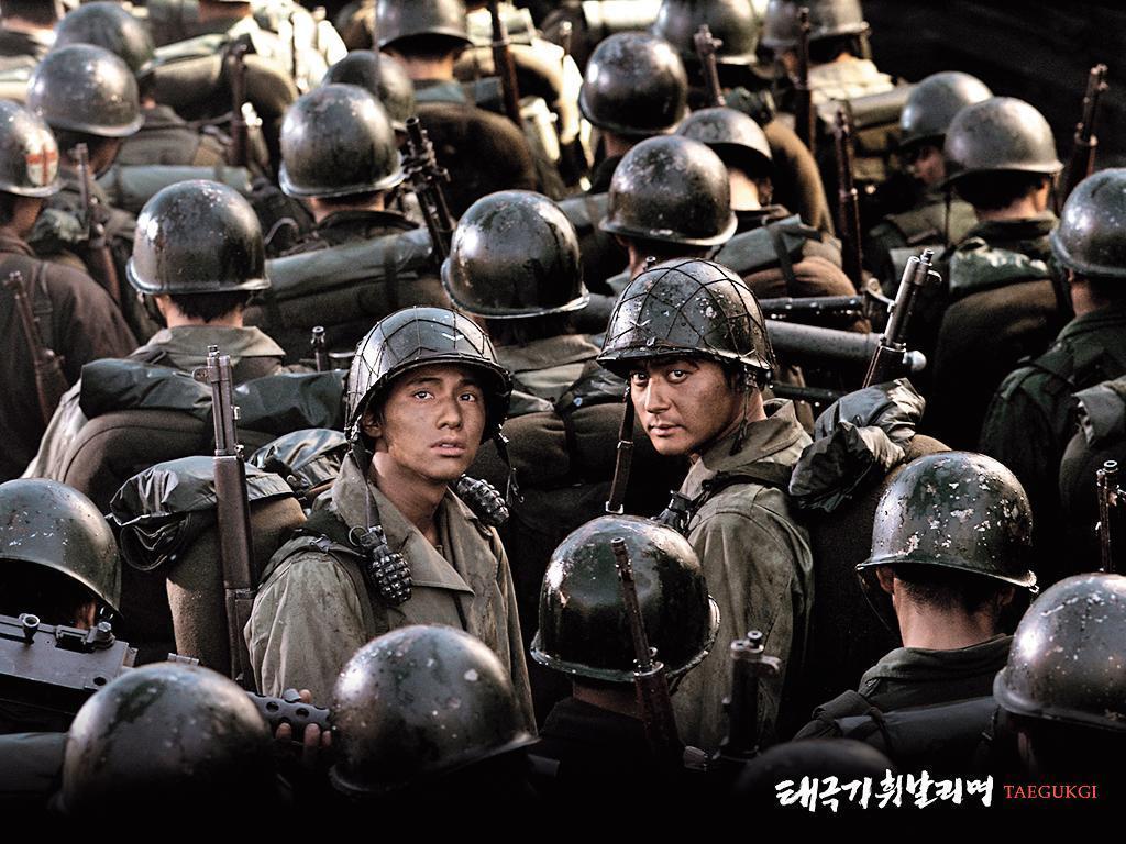 姜帝圭以自編自導的電影《太極旗—生死兄弟》,在商業與藝術取得成功,促使韓國企業投入大量資金振興本土電影。(翻攝自Daum網站)