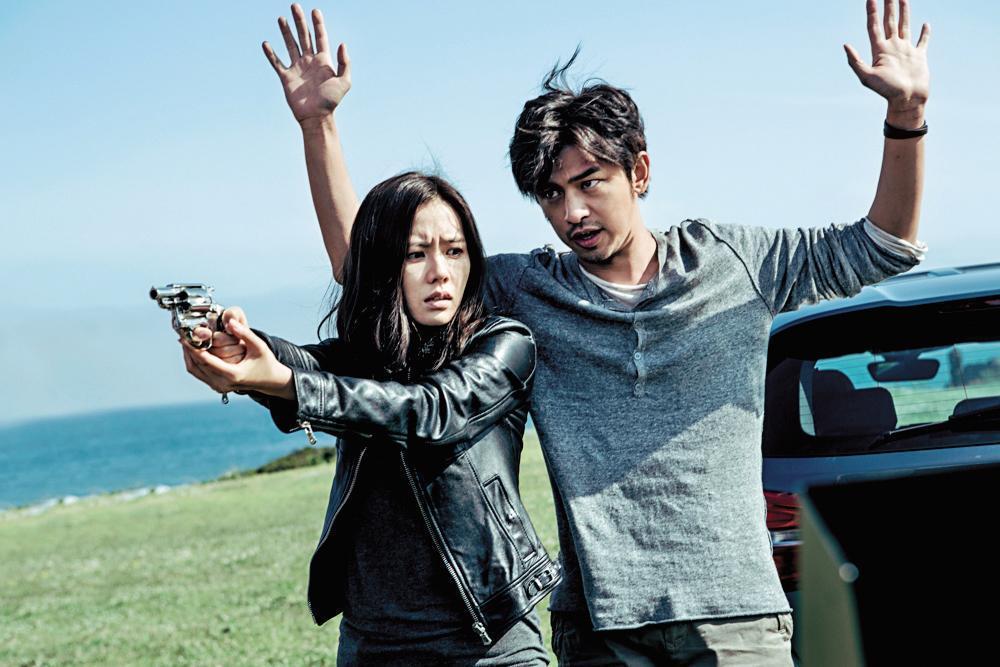 孫藝真(左)、陳柏霖(右)主演的《壞蛋必須死》,由姜帝圭與中國導演馮小剛共同監製。(翻攝自Daum網站)