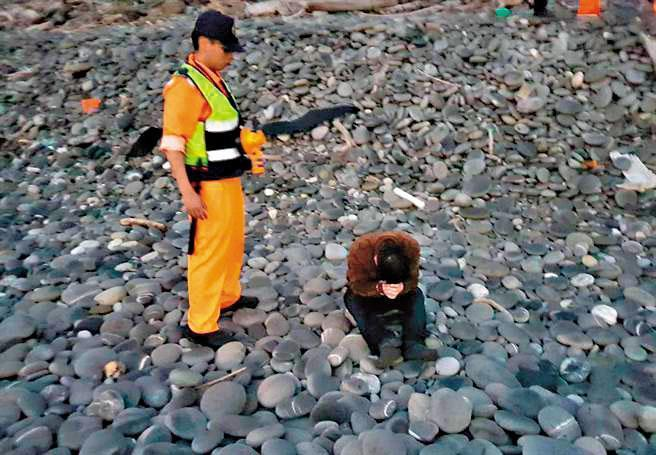今年3月,海巡在台東海邊逮捕14名偷渡客,但2人遭人蛇集團推下海溺斃。(翻攝畫面)