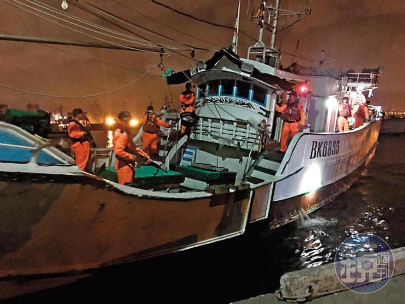 去年1月,海巡查緝隊、岸巡等單位攔截一搜漁船,並發現40名偷渡客。