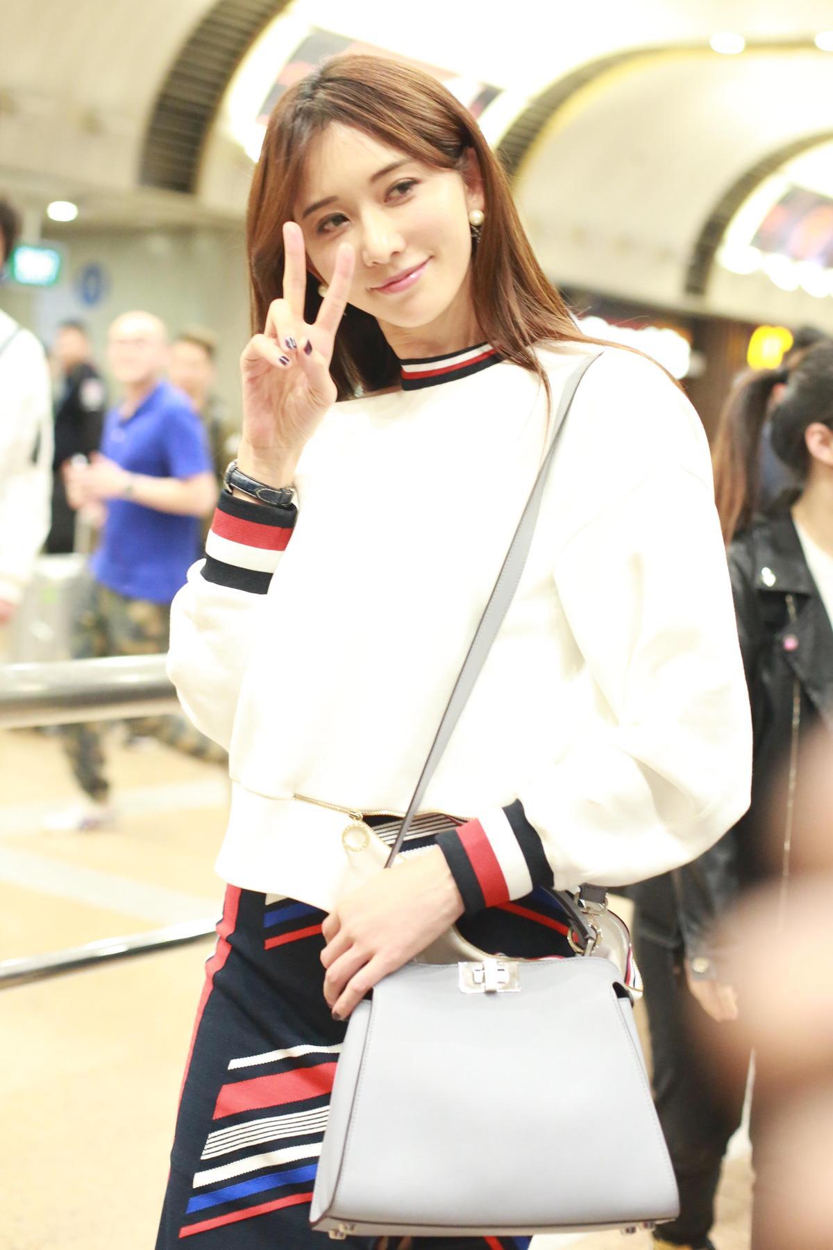 林志玲在機場被拍到背著Peekaboo搭機。