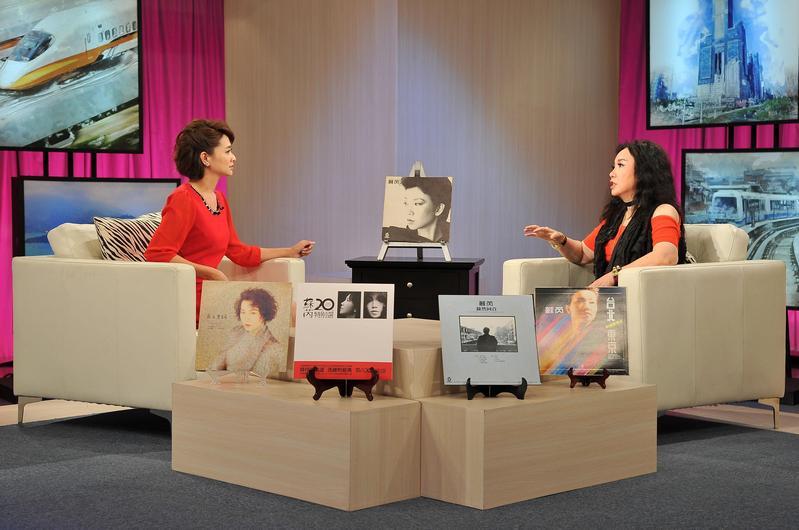 今年第29屆金曲獎「特別貢獻獎」蘇芮(右),在台視《台灣名人堂》節目,接受主持人侯乃榕(左)訪問。(台視)