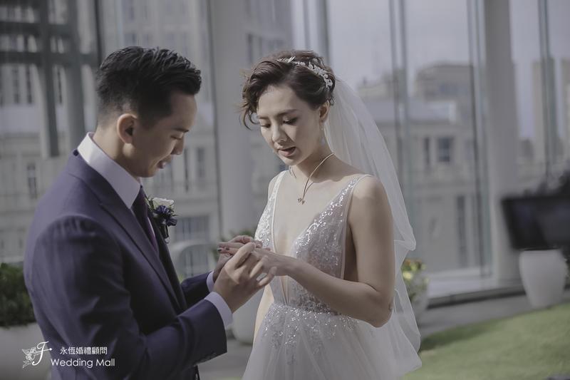 老公黃育仁替劉雨柔套上婚戒。(米兔哥娛樂)