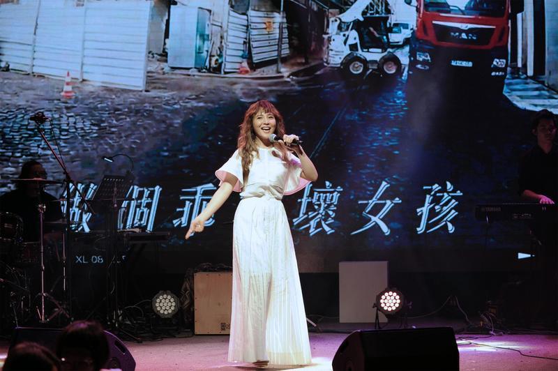 睽違3年發表專輯《副駕駛座的風景》,梁文音推出全新的巡演,台北與台中場都完售,還剩高雄場。(環球音樂提供)