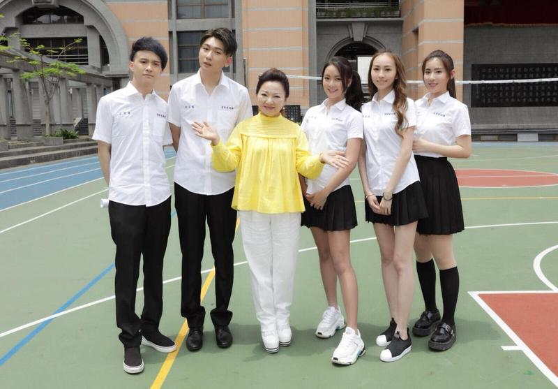 白冰冰客串網劇演出,和學生互動。(壹零壹娛樂提供)