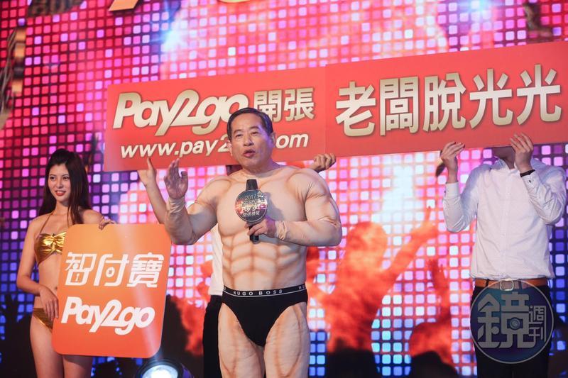 個性保守的智冠董事長王俊博(前)為宣傳自家遊戲軟體產品,經常犧牲色相粉墨登場搏版面。