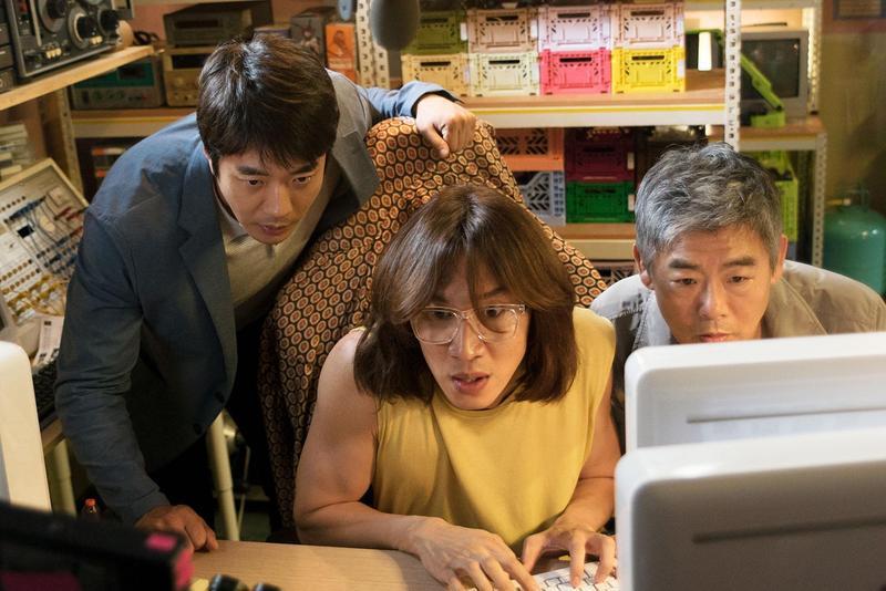 李光洙因為一通電話答應出演《妙探事務所》,長髮造型是致敬布萊德彼特,大家有發現嗎?(車庫娛樂提供)