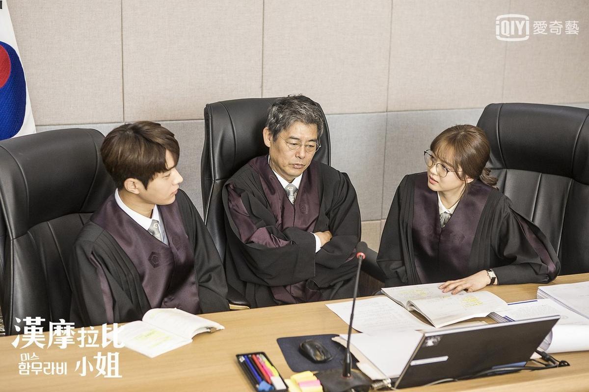 成東鎰目前正演出《漢摩拉比小姐》,飾演L(左)與高雅拉(右)的長官。(愛奇藝台灣站提供)