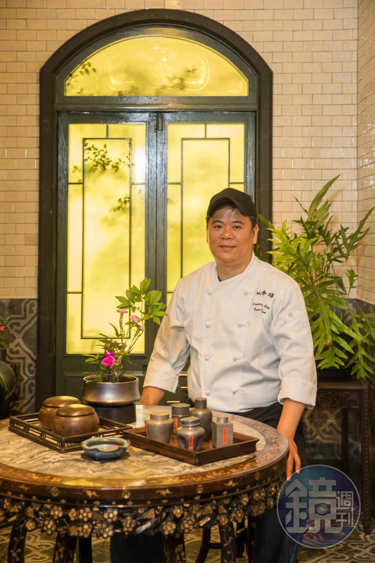 主廚蔡瑞郎和「蓬萊閣」主廚黃德興,習得不少傳統手工宴席菜。