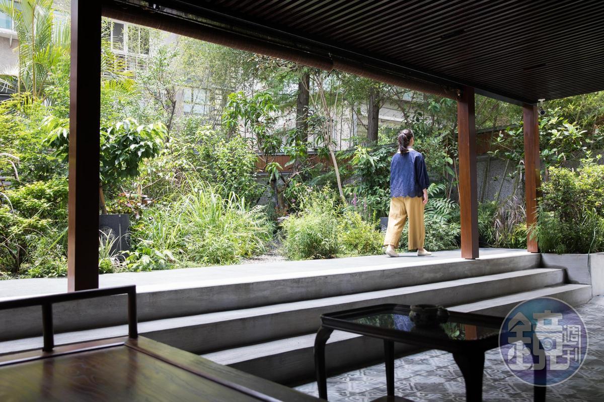 餐廳設有後花園,讓客人能在都市裡,享受片刻的清靜悠閒。