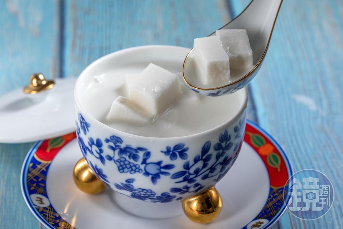 「杏仁豆腐」是將南杏和花生磨成漿,用小火煮3小時,再以手工打出接近豆腐的細滑口感。(280元/份)