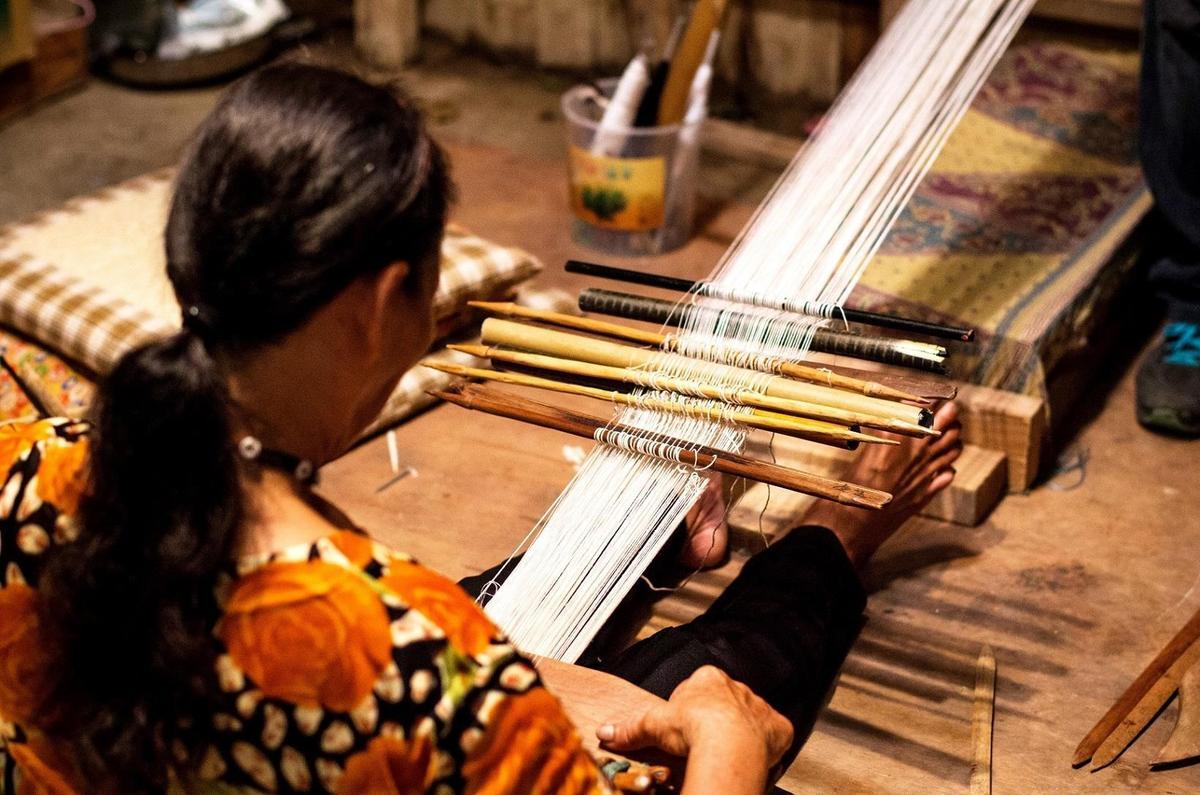 首次演出電影的鳳英阿嬤,其實在蘭嶼可是達悟族國寶級人物,不僅在片中展現她傳統農耕、捕魚技巧,更一展絕活。(海鵬提供)