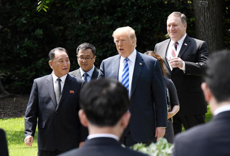 2018年6月1日,美國華盛頓,美國總統川普在白宮和到訪的北韓領導人金正恩助手、勞動黨副委員長兼統戰部長金英哲會面後,宣布美朝峰會將如期於6月12日在新加坡舉行。(東方IC)