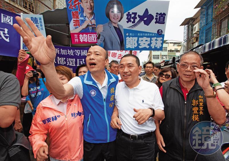 國民黨新北市長參選人侯友宜與韓國瑜合體逛市場,打出「北神探、南菜販」人氣搶搶滾。